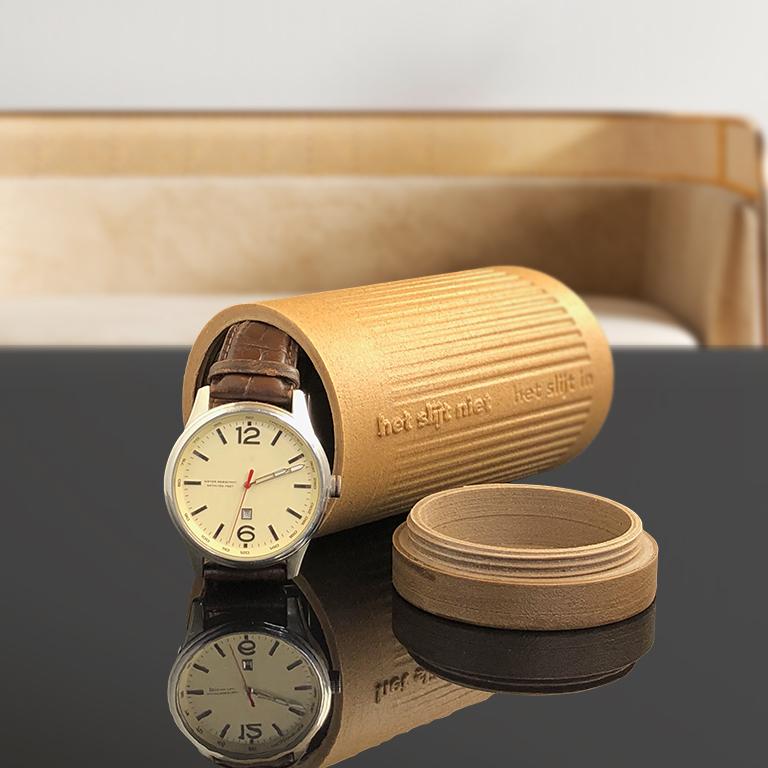 Urn 'Het slijt niet' als bewaarplek voor een horloge